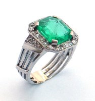 1920 - Cluster Ring Set with Emerald and Diamonds in Platinum