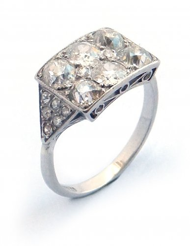 1915 - Cluster Ring, Set with Diamonds in Platinum